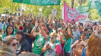 ¿Otros tiempos? Las marchas y paros quedarán atrás si mañana los estatales y docentes aceptan la oferta del gobierno provincial.
