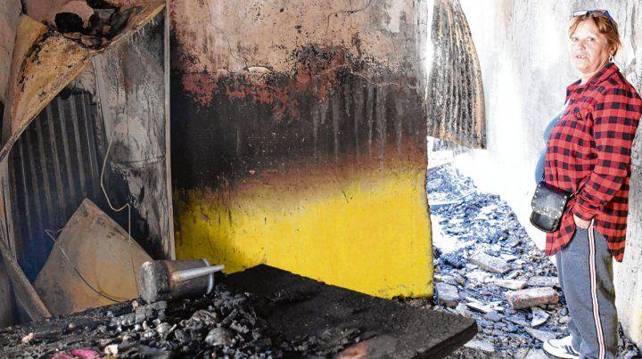 destruida. Así quedó la casa de Fabiana después del incendio intencional.