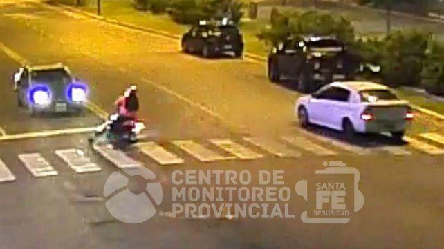 Las imágenes del momento en que una moto choca contra un auto