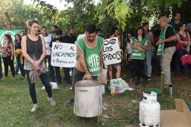 La manifestación en el edificio del Conicet de Ocampo y Esmeralda.