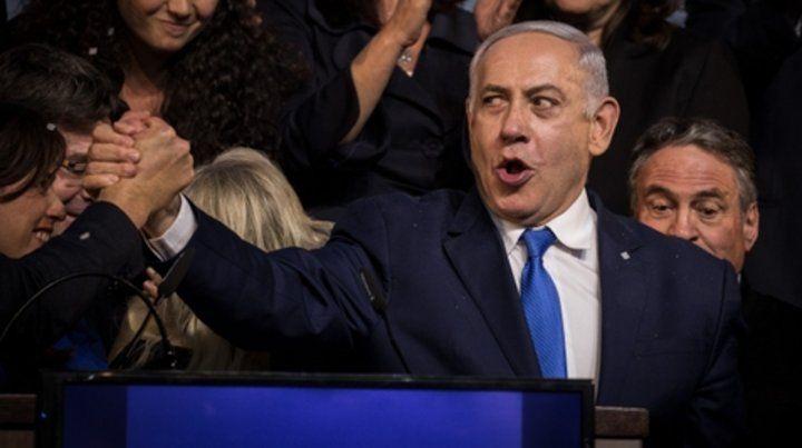 festejo. Netanyahu estrecha manos con miembros del partido Likud.