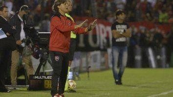 Desde el banco. El entrenador confesó que la presión que se vive (en el fútbol) es muy fuerte.