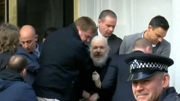 La policía británica detuvo a Julian Assange en la embajada de Ecuador