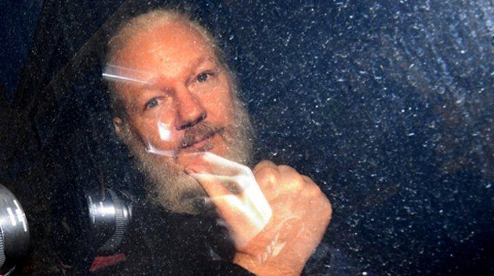 pensativo. Assange