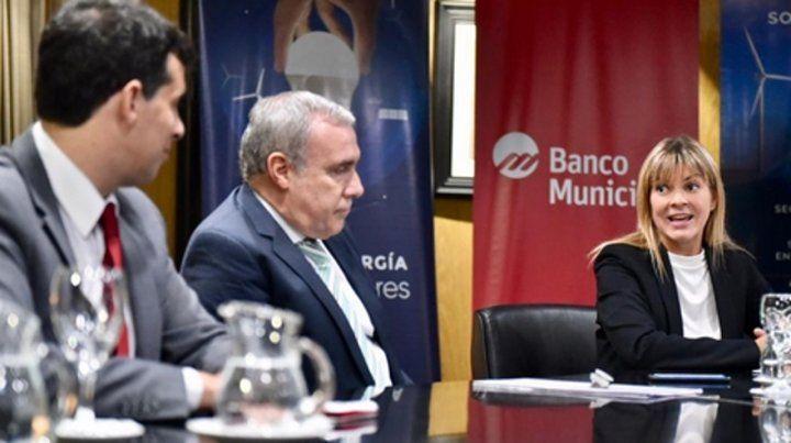 Autoridades del banco y la precandidata a intendenta