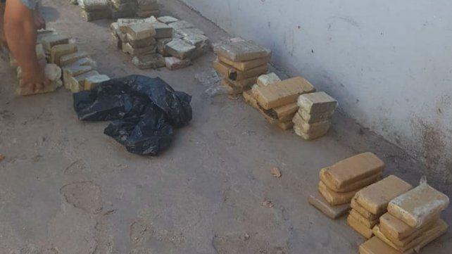 Parte de la droga secuestrada cerca de El Trébol.