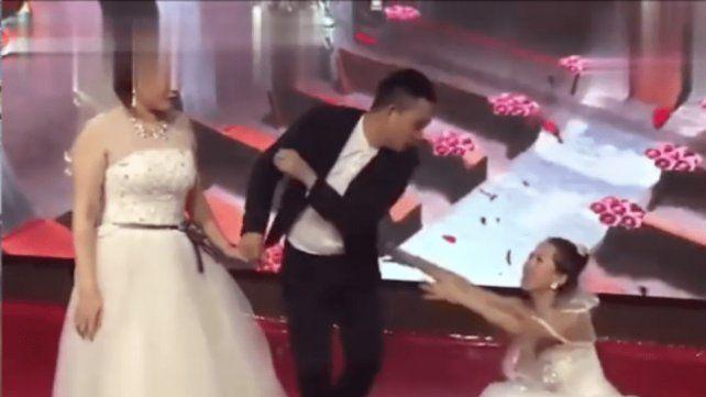 d0ce86735 Con un vestido de novia, se presentó a la boda de su ex y de ...