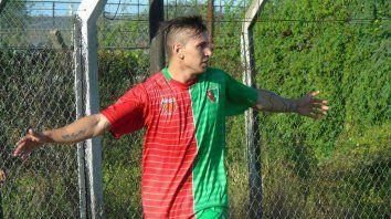 Con la camiseta de Aguirre. Agustín Lavezzi sueña con jugar al lado de Pocho en el equipo de Gálvez.