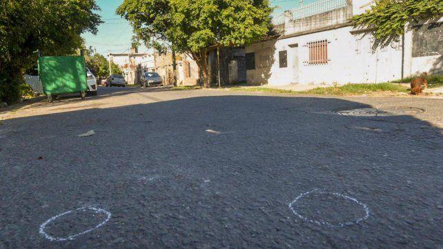 Esmeralda al 3900, en el lugar donde ultimaron al menor y las marcas donde aparecieron las vainas.