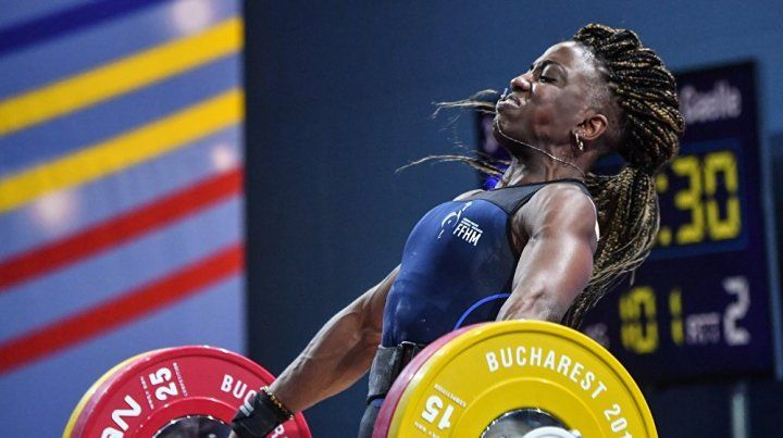Una pesista francesa se fracturó en plena competencia pero igual ganó una medalla