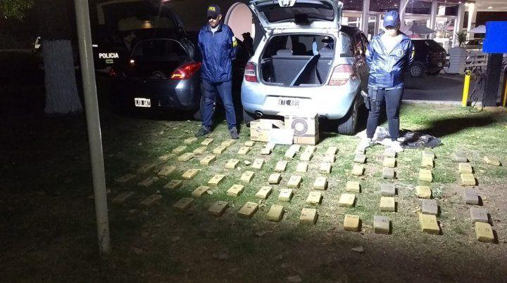 Secuestro. Los panes de droga incautados en el acceso a Arroyo Seco.