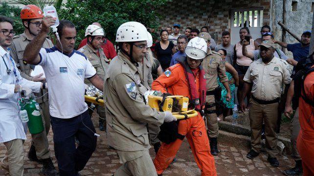 Dramático. Uno de los 10 heridos rescatados ayer. Aún faltaba hallar a 17 personas.