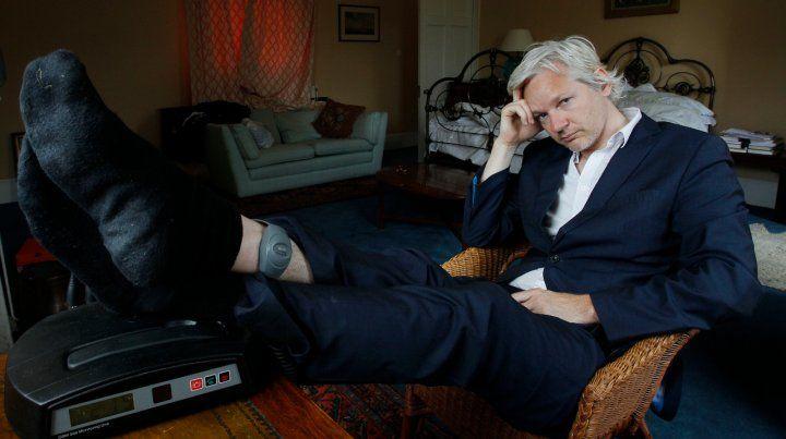 Estampa. Assange en junio de 2011 muestra la tobillera que le había puesto la policía de Londres.