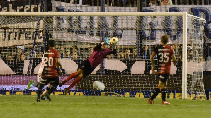 Por los aires. Alan Aguerre vuela hacia su izquierda para tapar un remate en la noche de La Plata. El número uno fue la figura en la victoria de Newells