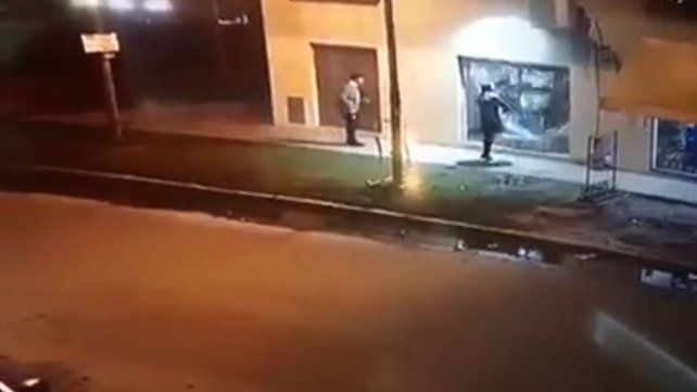 Rompieron a piedrazos el vidrio de un almacén para llevarse bebidas alcohólicas