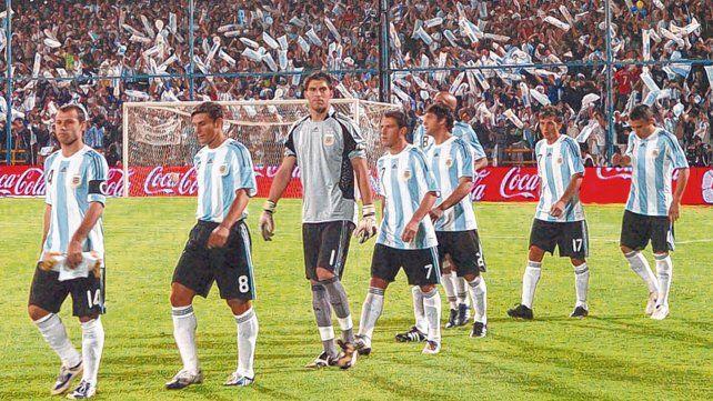 La última vez en Rosario. Mascherano lidera la fila en el Gigante. Fue derrota 3 a 1 con Brasil