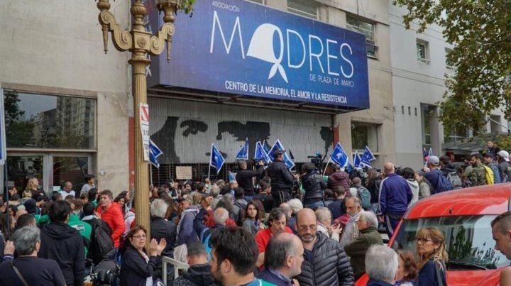 Resisten allanamiento en la sede de Madres de Plaza de Mayo