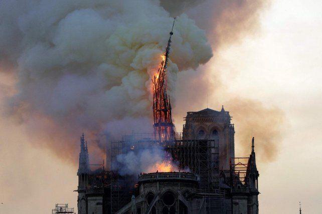 Colapsó la aguja central de la iglesia de Notre Dame por devastador incendio