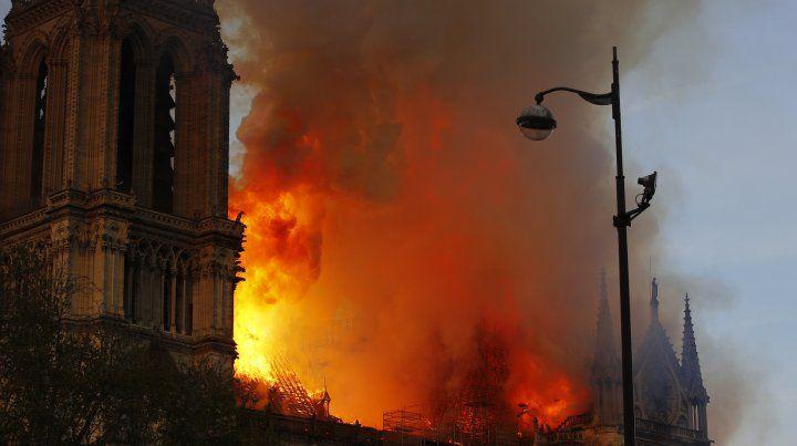 Investigan por qué se originó el incendio de la catedral parisina