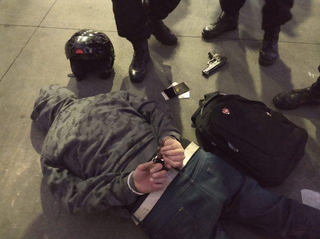 Uno de los delincuentes detenidos por la policía.