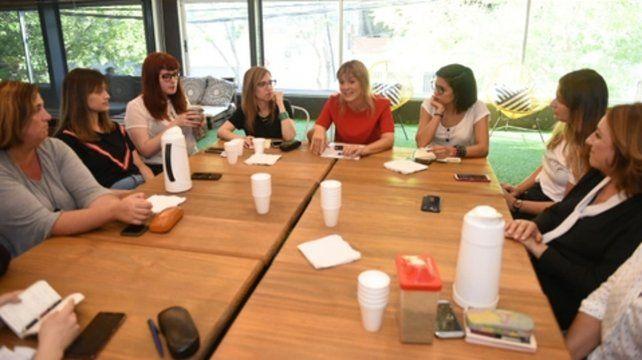 Irizar encabezó un encuentro con referentes de género del todo el país.