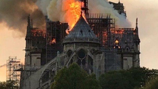 fuego en la catedral. Notre Dame ardía ayer ante la mirada azorada de miles de parisinos y turistas.