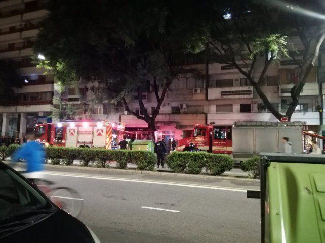 Dos dotaciones de bomberos trabajaron en el lugar para controlar la situación.