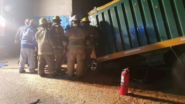 Los bomberos voluntarios de la zona trabajan para rescatar el cuerpo de la víctima.