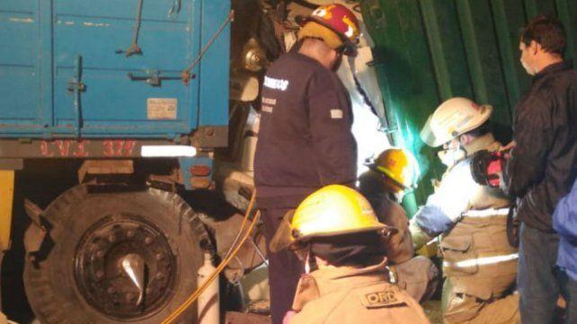 Los bomberos voluntarios de la zona trabajan en el rescate de la víctima.