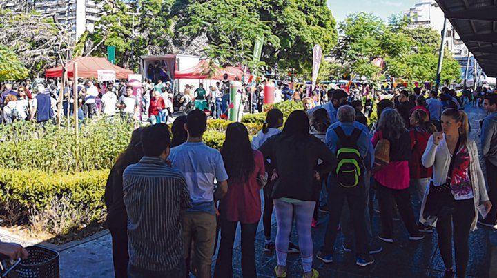 Crisis. Cientos de rosarinos se acercaron ayer en pleno centro para comprar leche más barata.