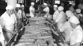 Relatos. Mi madre trabajaba en la sección de conservas, ponía comida en los tarros y se le formaban depósitos de calcio en los codos por hacer lo mismo.