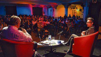 Jugar de local. Patricio Pron, junto a Martín Prieto, presentó ayer su premiada novela en la Lavardén.