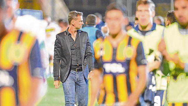 En foco. Cocca camina en medio de los jugadores tras la dura derrota frente a Aldosivi. El DT no encuentra la llave.