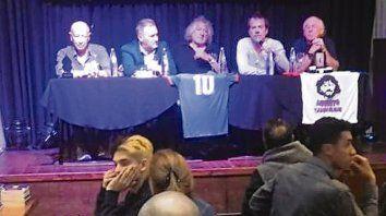 El Mono Obberti, Marcelo Lewandoski, el Trinche, Alejandro Caravario y el Colorado Killer, que anoche compartieron mesa literaria en El Cairo.