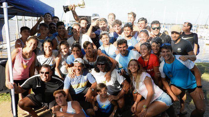 Todos juntos. La celebración de los ganadores de la competencia en el Paraná.