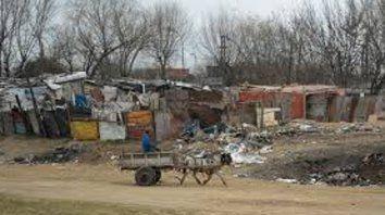 El trabajo demostró que el 93,81% de los habitantes de barrios populares de Rosario no cuenta con acceso al agua corriente en su casa.
