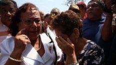 dolor. Militantes del Partido Aprista lloran la muerte de su líder.