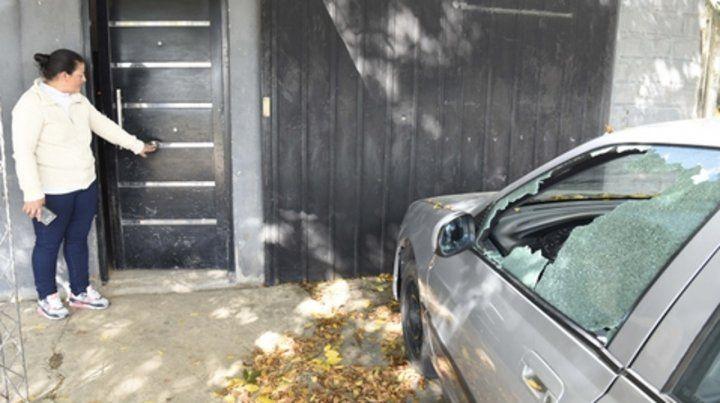 huellas. Marisa frente a su casa perforada por las balas y junto al auto que recibió al menos dos proyectiles.