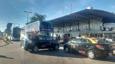 Taxistas bloquean la Terminal y los micros salen con demoras