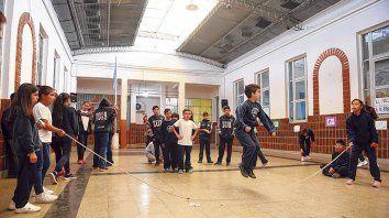 Los chicos y chicas tienen a disposición las sogas para que puedan jugar y divertirse durante los recreos.