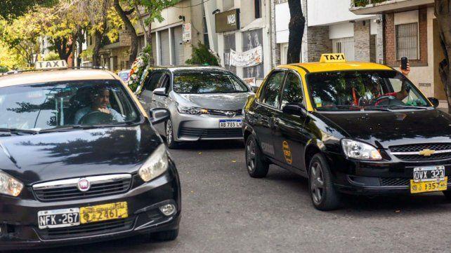 El coche fúnebre traslada los restos de Esusy acompañado una caravana de taxistas.