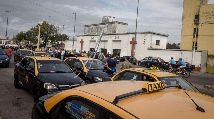 La caravana de taxistas en el Cementerio La Piedad en la despedida de Mario Esusy.