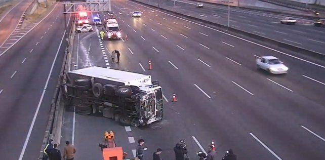 El accidente se produjo cuando el camión frigorífico se encontró con un auto estacionado sin balizas en medio de la autopista y no pudo  esquivarlo.