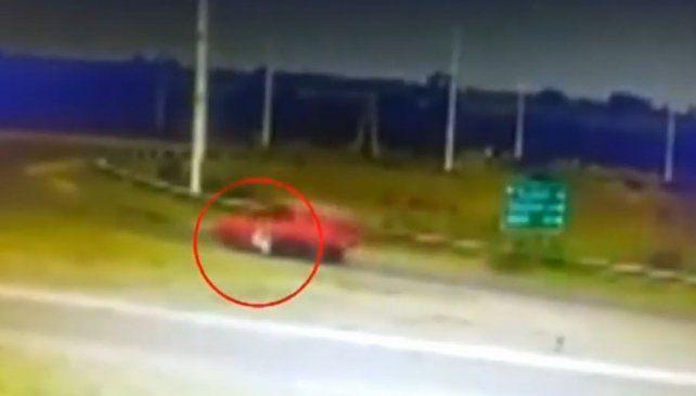 Arrastró a un policía 80 metros para eludir un control de tránsito