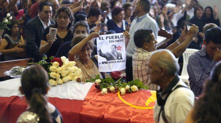 Dolor. Los militantes del APRA desfilaron ante el féretro de Alan García ayer en Lima.
