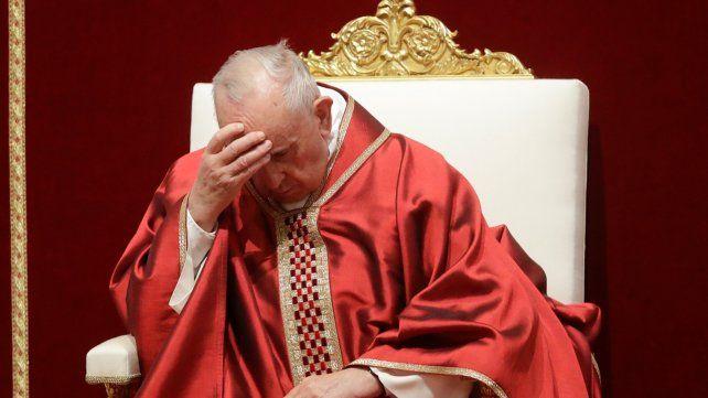 Pensativo. El Papa Francisco se mostró silencioso en el palco ante el Coliseo Romano.