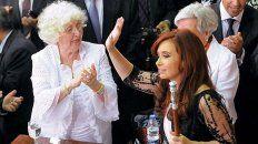 Unidas. Ofelia aplaude a Cristina cuando esta asumió su segundo mandato, en diciembre de 2011.