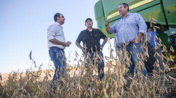 Corral, junto a un productor agropecuario, en la localidad Presidente Roca.