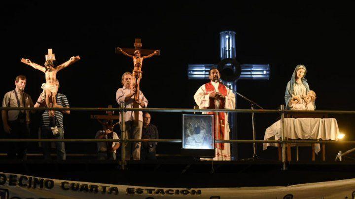 Mirando a los fieles. El sacerdote convocó a más de 350 mil personas. Oró en el estrado