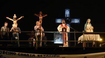 Mirando a los fieles. El sacerdote convocó a más de 350 mil personas. Oró en el estrado, acompañado de tres crucifijos y la imagen de María y el Niño Jesús.